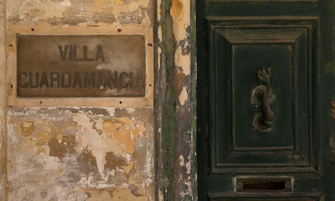 A placa com o nome de Villa Guardamangia, a antiga residência da rainha Elizabeth e do príncipe Philip, em Pieta, Malta Foto: DARRIN ZAMMIT LUPI / REUTERS