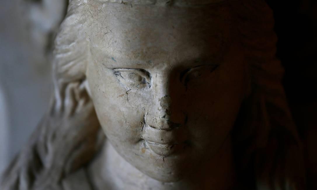 Uma escultura decorativa do rosto de uma mulher fica ao lado de um corrimão da escada Foto: DARRIN ZAMMIT LUPI / REUTERS