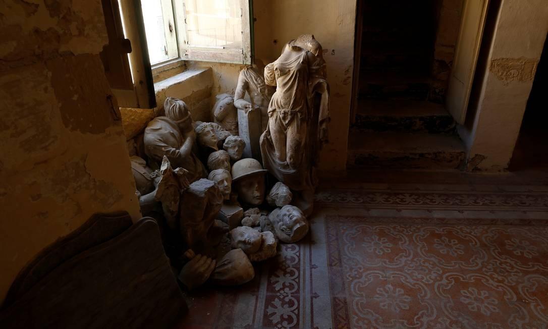 Pedaços de estátuas quebradas que foram recuperadas do jardim estão empilhados em uma sala Foto: DARRIN ZAMMIT LUPI / REUTERS