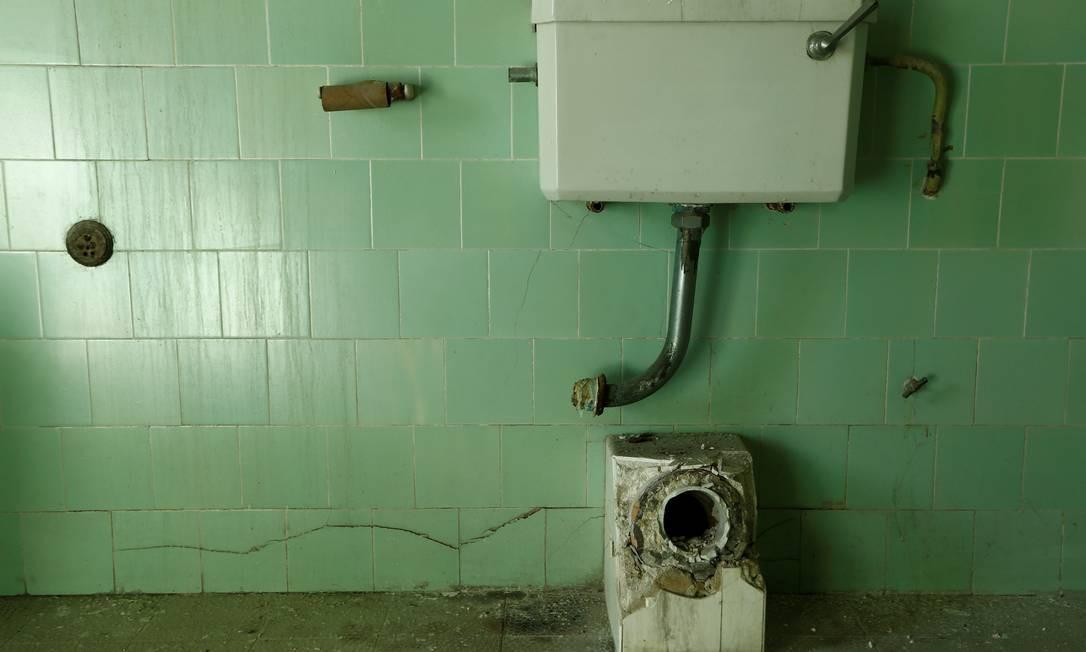 Restos de um banheiro são retratados dentro do banheiro do que foi o quarto do príncipe Philip Foto: DARRIN ZAMMIT LUPI / REUTERS