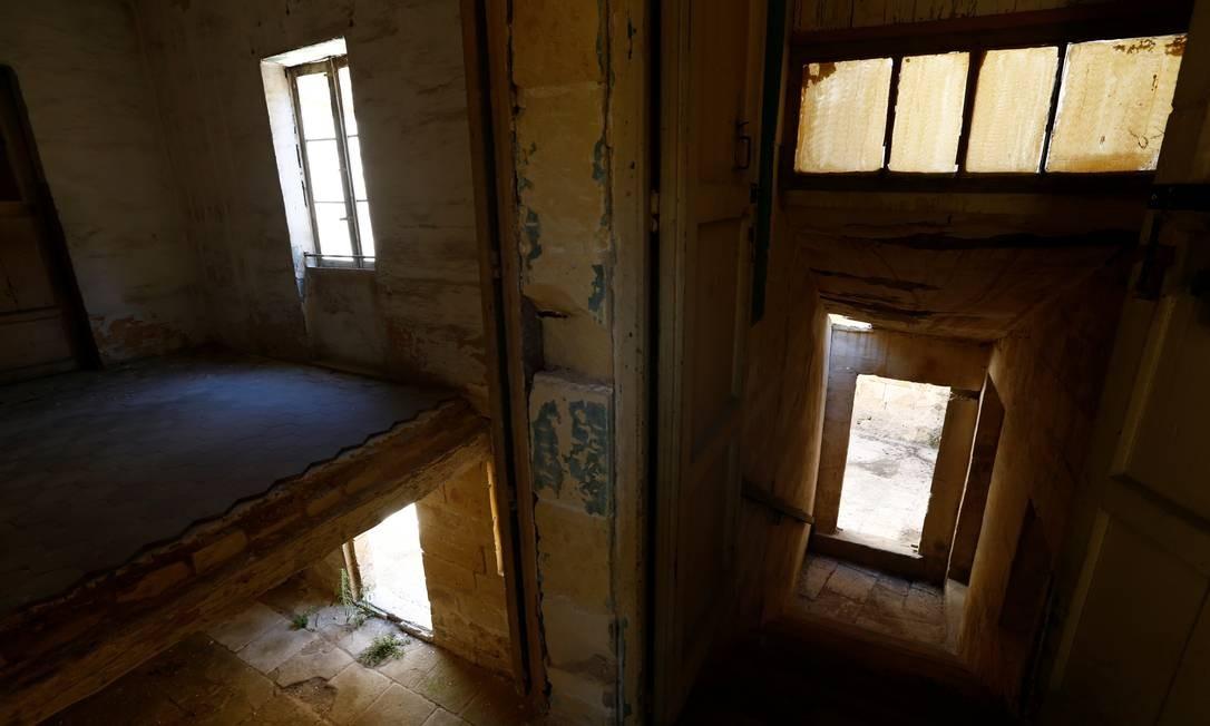 A luz brilha no que antes era usado como quartel dos servos Foto: DARRIN ZAMMIT LUPI / REUTERS