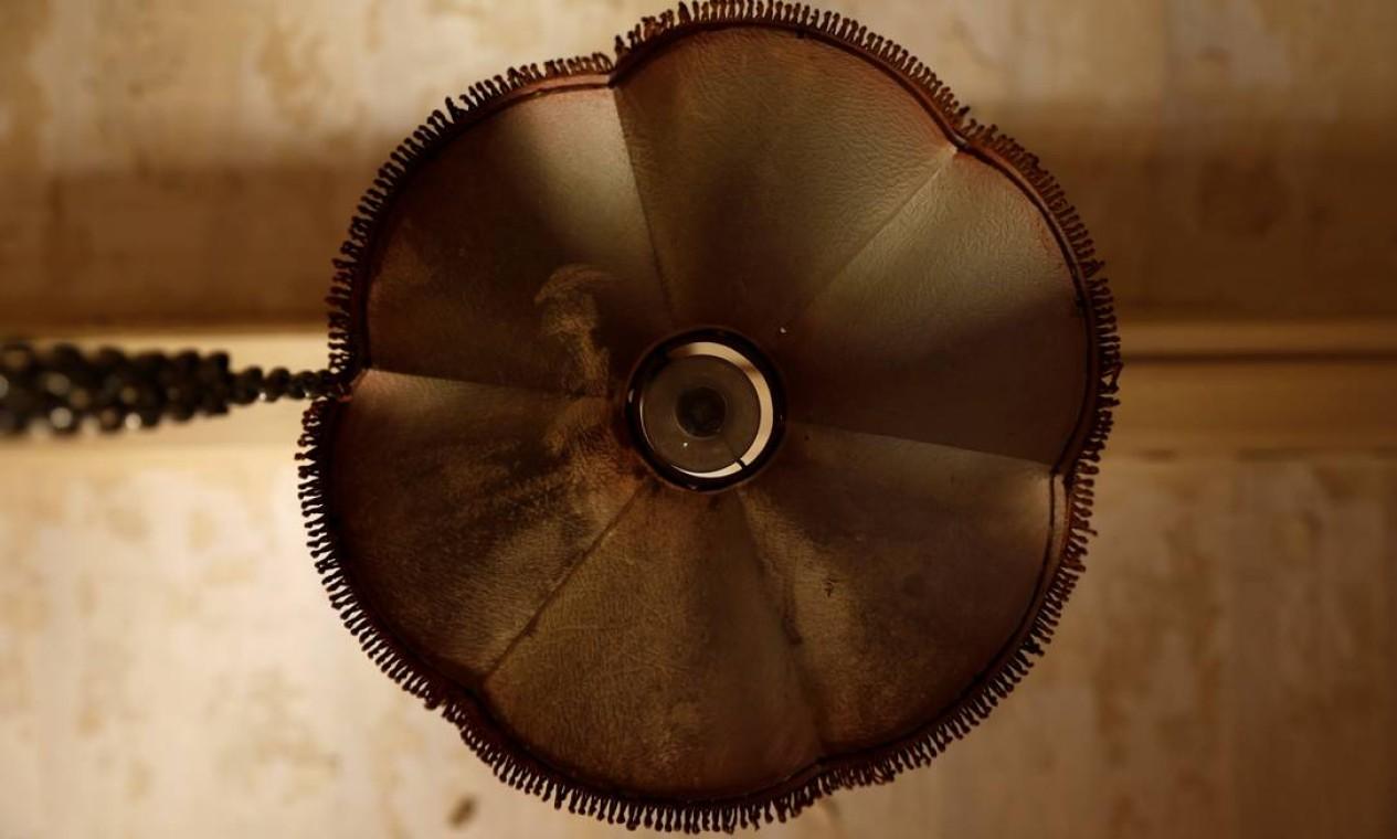 Abajur pendurado no teto do que era a antecâmara da rainha Elizabeth Foto: DARRIN ZAMMIT LUPI / REUTERS