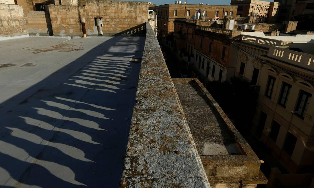 Sombras de uma balaustrada são lançadas no terraço da Villa Guardamangia Foto: DARRIN ZAMMIT LUPI / REUTERS