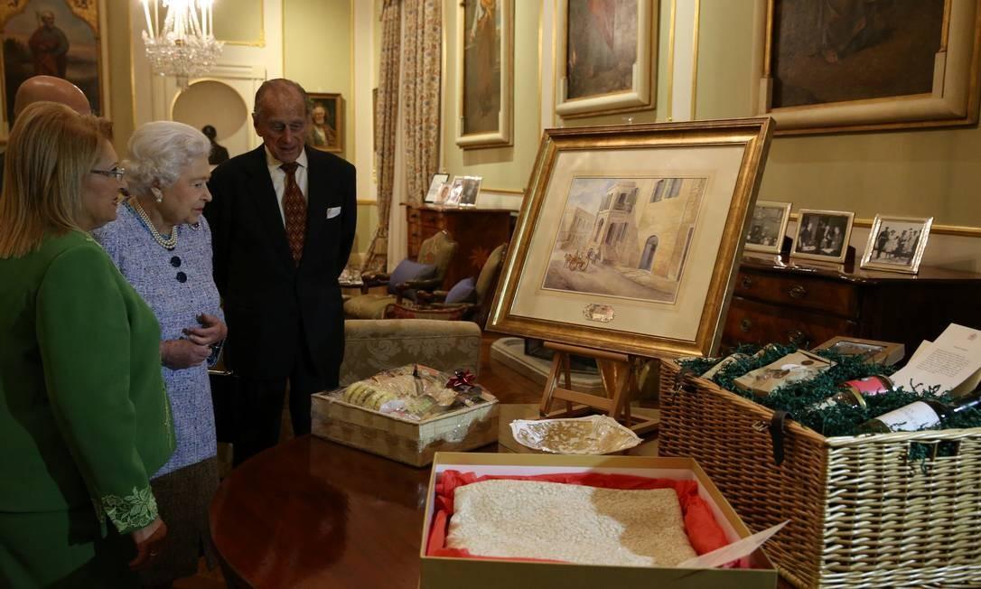 A então presidena Marie-Louise Coleiro Preca de Malta apresenta uma pintura de Villa Guardamangia à rainha Elizabeth e ao príncipe Philip, durante visita a Attard, Malta, em 26 de novembro de 2015 Foto: HANDOUT / REUTERS