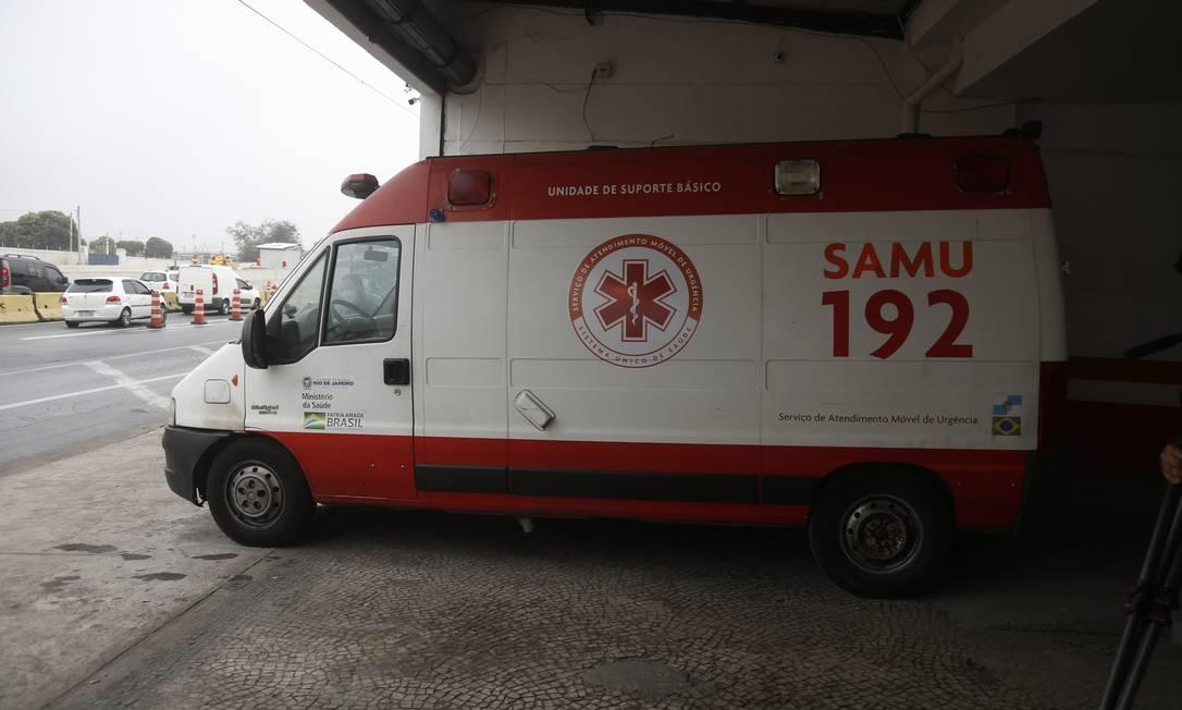 Ambulância inoperante na base do Samu na Avenida Brasil Foto: Fabiano Rocha / Agência O Globo