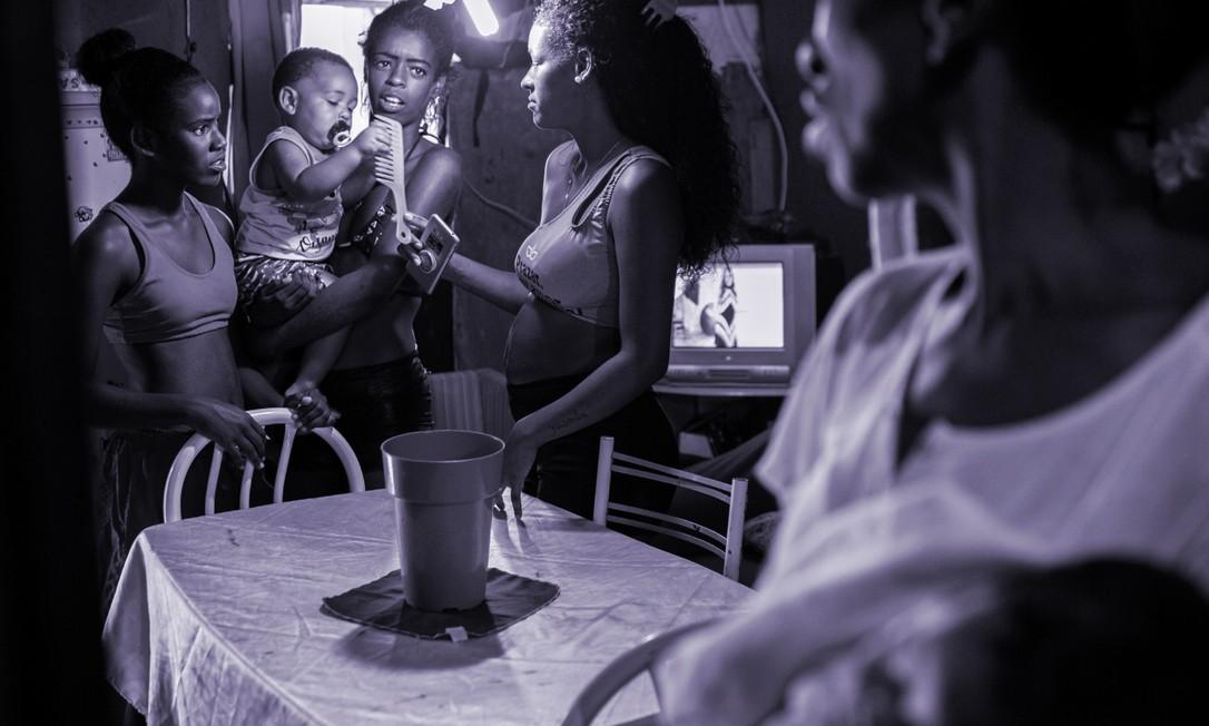 Metade das mulheres passaram a cuidar de alguém na pandemia Foto: Hermes de Paula / Agência O Globo