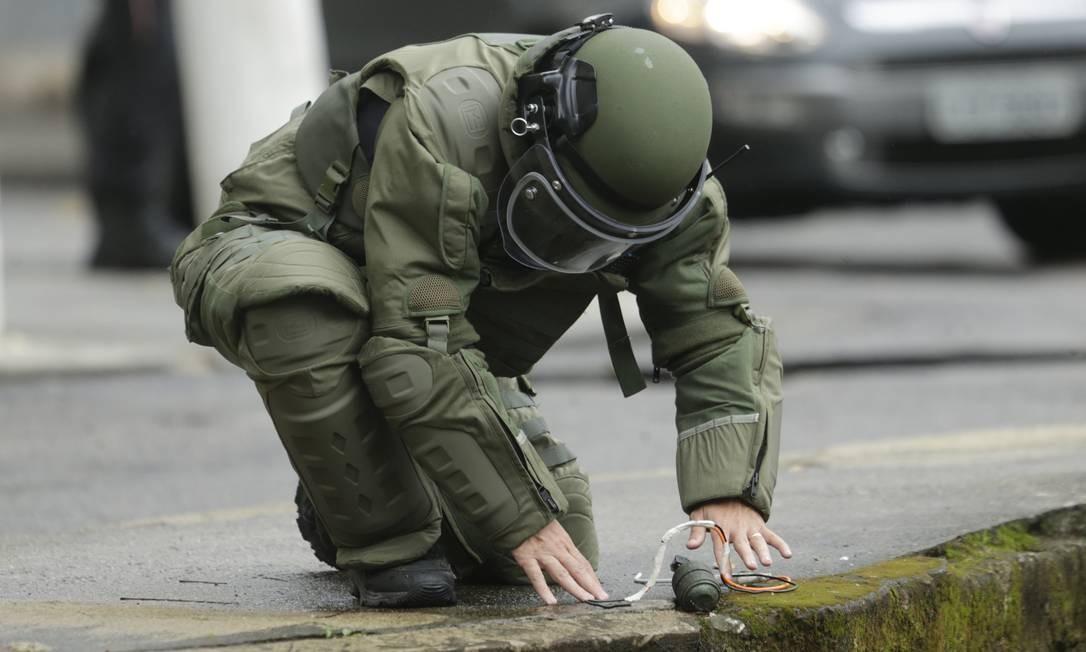 Artefato foi encontrado por morador na calçada da Avenida Almirante Ary Parreiras Foto: Antonio Scorza / Agência O Globo
