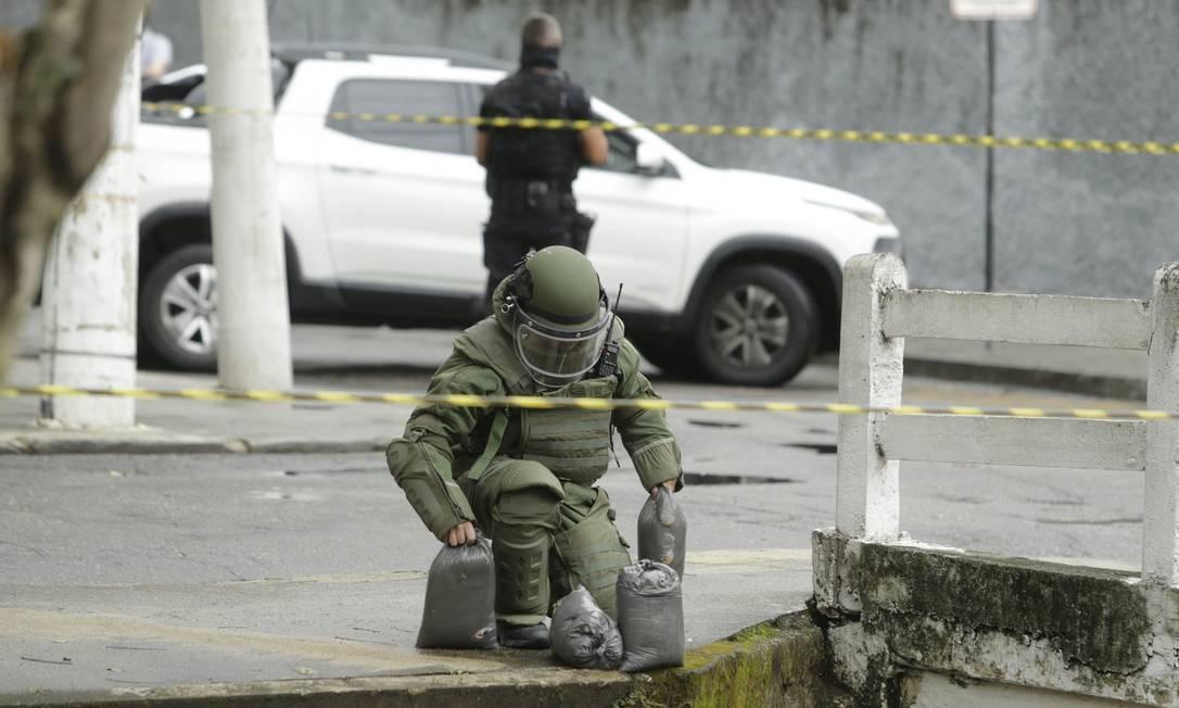 Os militares isolaram o quarteirão com quatro viaturas e utilizaram fita para reforçar o cerco Foto: Antonio Scorza / Agência O Globo