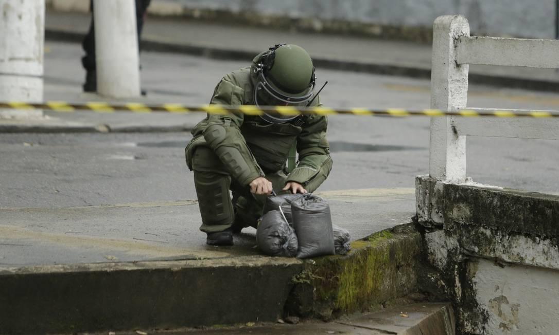 Esquadrão anti-bomba utilizou pavio e sacos de areia para abafar a granada Foto: Antonio Scorza / Agência O Globo