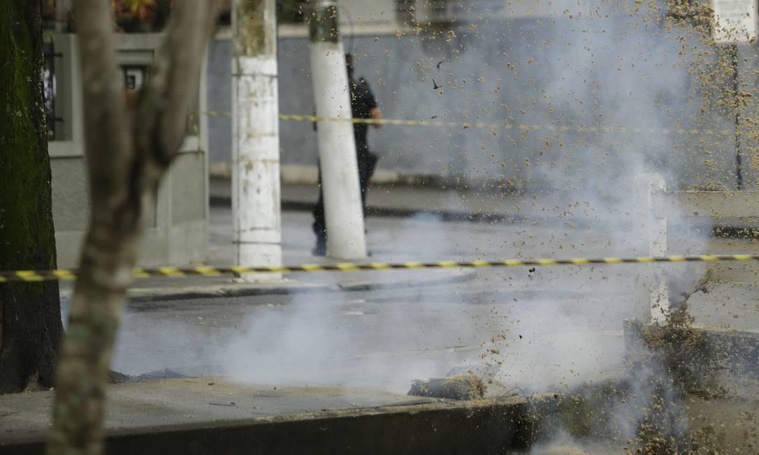 Momento em que explosivo foi detonado, sob sacos de areia, na Avenida Almirante Ary Parreiras Foto: Antonio Scorza / Agência O Globo