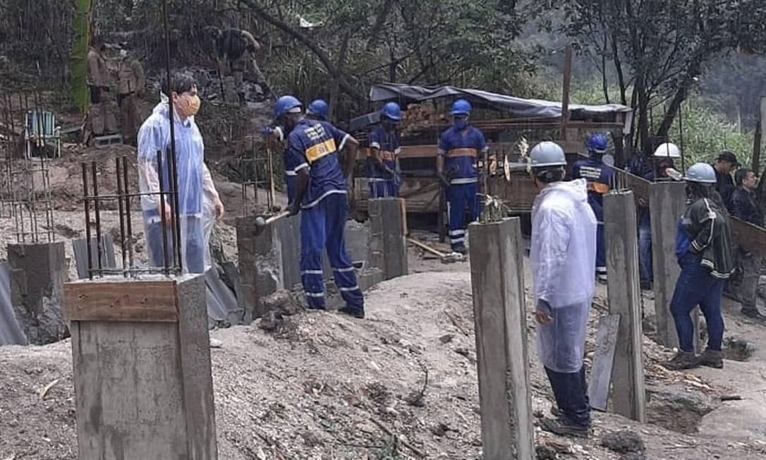 Operação da prefeitura. Maywald (à esquerda) acompanha demolição Foto: Divulgação