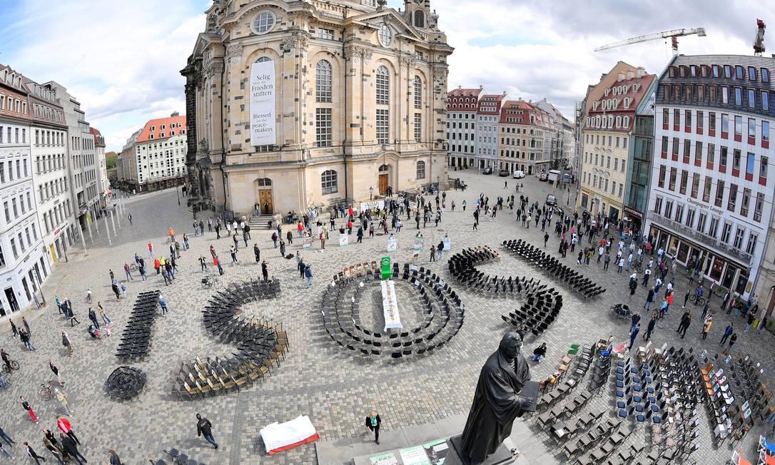 Em maio, donos de restaurantes de Dresden, na Alemanha, fizeram protesto pedindo socorro com cadeiras vazias Foto: Matthias Rietschel / Reuters