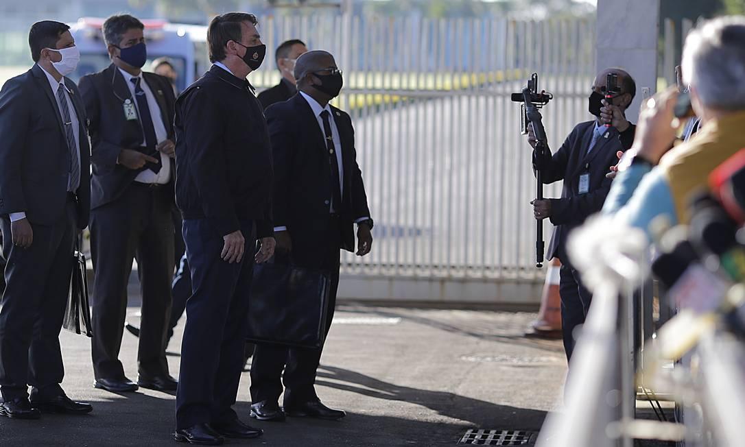 Presidente Jair Bolsonaro conversa com apoiadores na saída do Palácio da Alvorada Foto: Jorge William / Agência O Globo