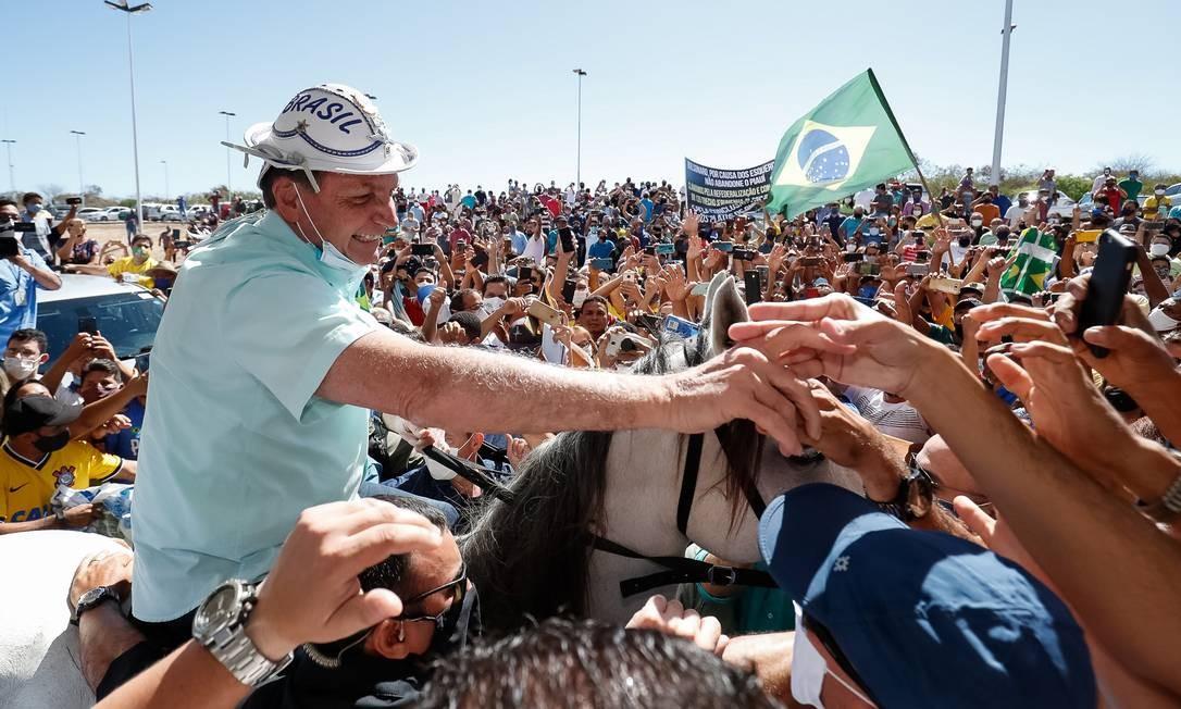 Sem máscara, Bolsonaro provoca aglomeração em agenda no Piauí Foto: Brazilian Presidency / via REUTERS