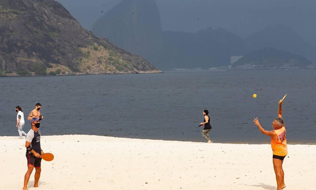 Praias continuam liberadas apenas para a prática de esportes Foto: Roberto Moreyra / Agência O Globo