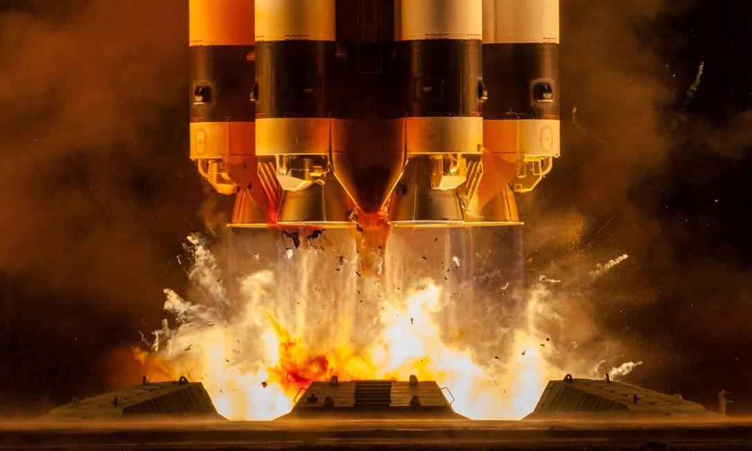 O foguete Proton-M com os satélites de telecomunicações russos Boiz-M Booster, Ekspress-80 e Ekspress-103 decola da plataforma de lançamento no Baikonur Cosmodrome, Cazaquistão Foto: Agência espacial russa Roscosmos / via REUTERS