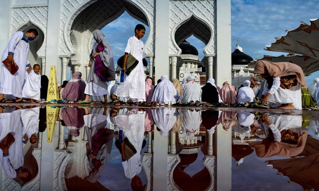 Muçulmanos participam de uma oração do Eid al-Adha na grande mesquita de Baiturrahman, em Banda Aceh, na Indonésia Foto: CHAIDEER MAHYUDDIN / AFP
