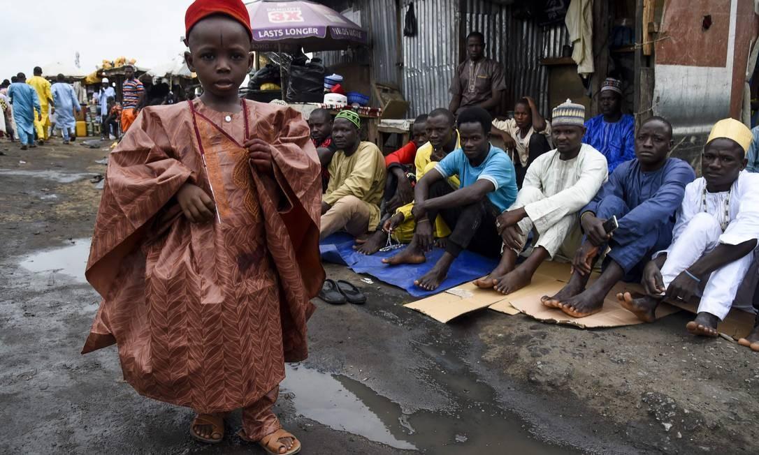 Garoto chega a uma mesquita para rezar para marcar o Eid-al-Adha – muçulmano, sem observar medidas cautelares para conter a propagação do Covid-19, em Kara, Estado de Ogun, no sudoeste da Nigéria Foto: PIUS UTOMI EKPEI / AFP
