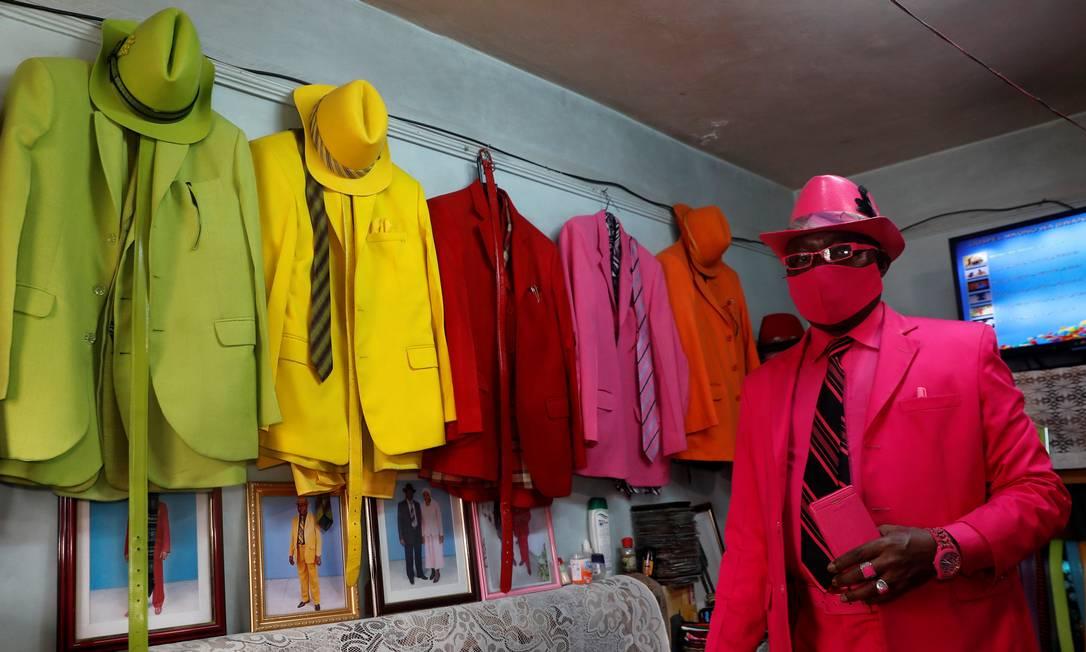 Com a pandemia, o fashionista incluiu o EPI no look monocromático e estravagante Foto: THOMAS MUKOYA / REUTERS