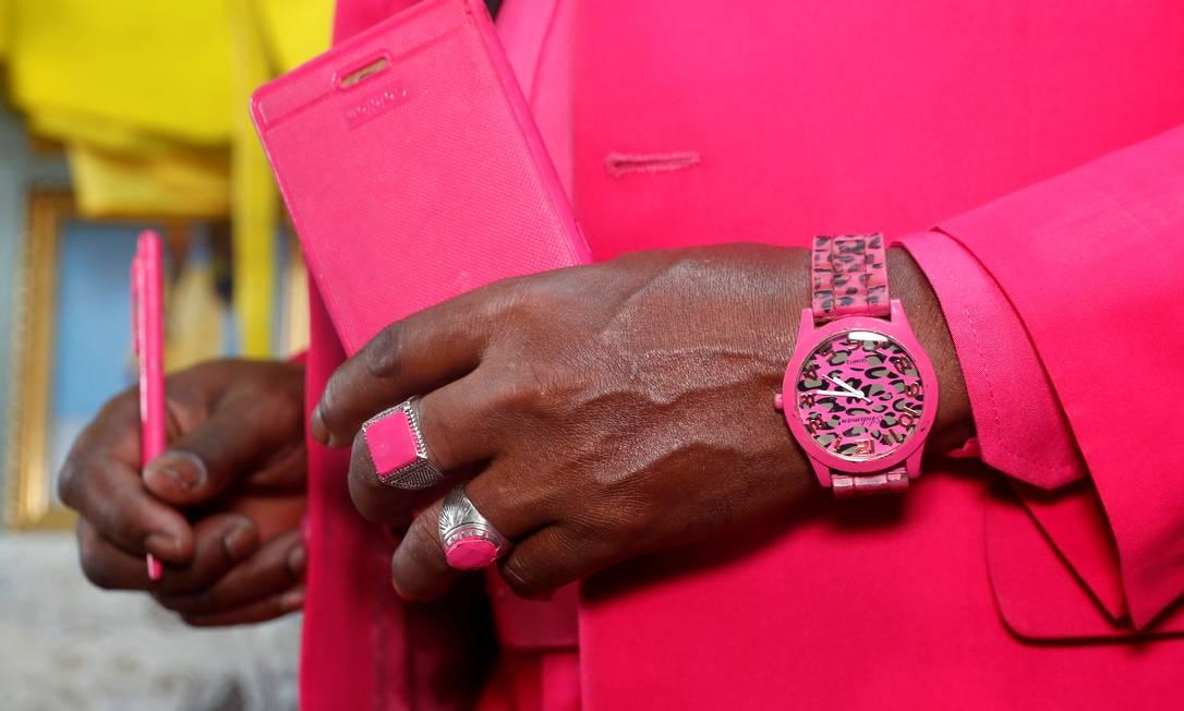 Os acessórios seguem a mesma lógica, desde joias, relógios, até canetas e capa de celular Foto: THOMAS MUKOYA / REUTERS