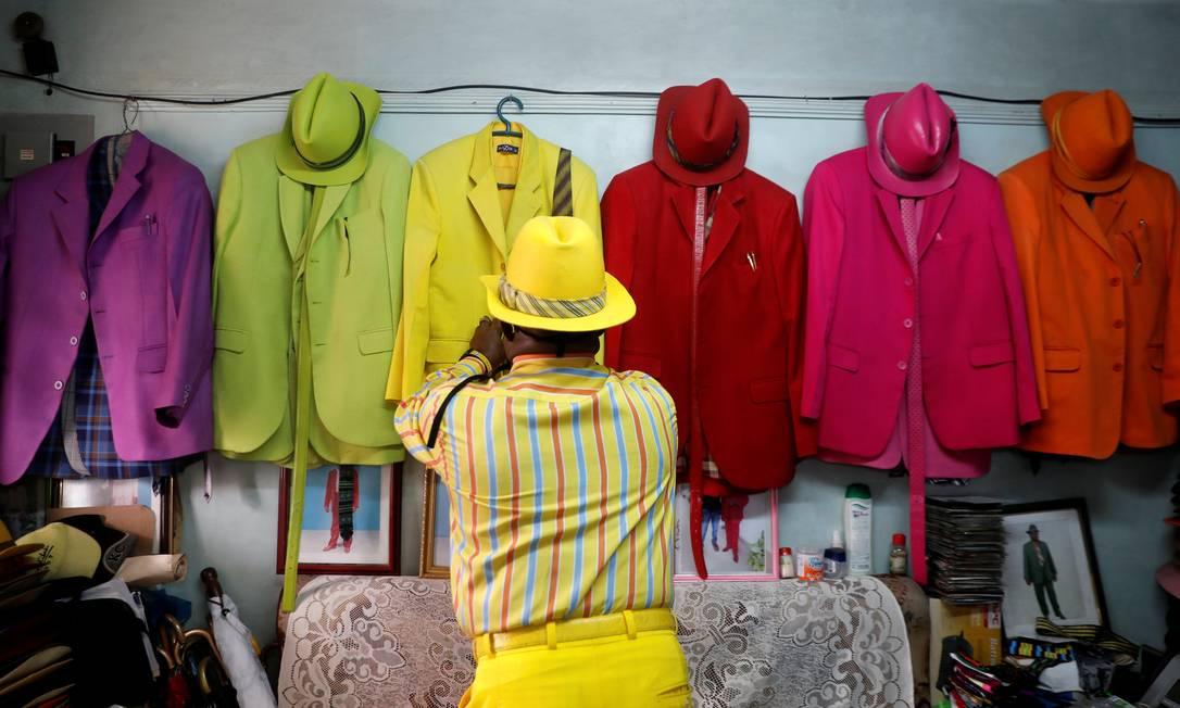 Para combinar as cores chamativas, James Maina Mwangi varia entre o monocromático ou color-blocking – uso de cores complementares, opostas no círculo cromático Foto: THOMAS MUKOYA / REUTERS