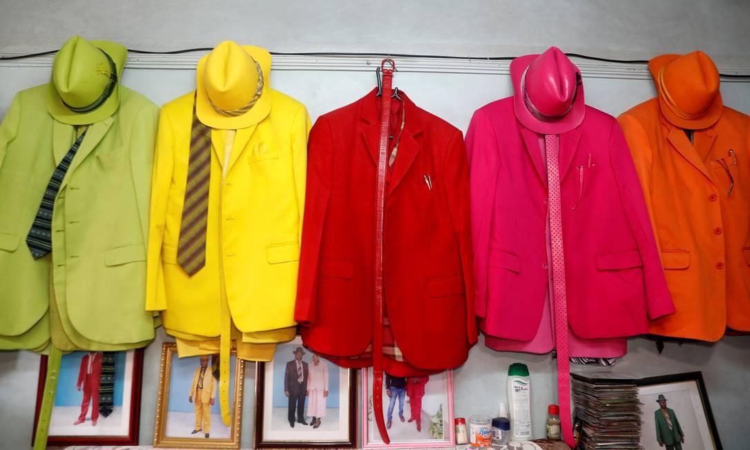 Coleção de ternos coloridos de ames Maina Mwangi Foto: THOMAS MUKOYA / REUTERS