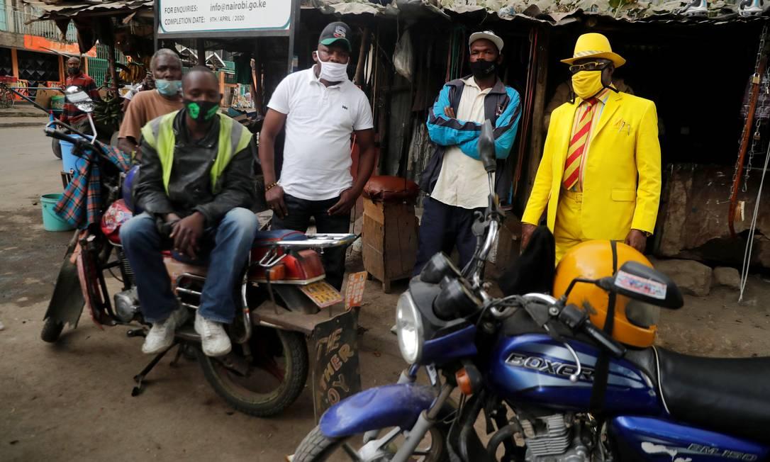 James Maina Mwangi conversa com mototaxistas de Nairóbi, capital do Quênia. Foto: THOMAS MUKOYA / REUTERS