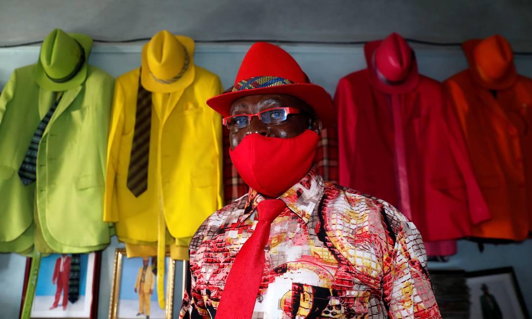 O EPI para prevenir a disseminação do coronavírus está sempre presente e dentro da paleta de cores, no look de James Mwangi durante a pandemia Foto: THOMAS MUKOYA / REUTERS