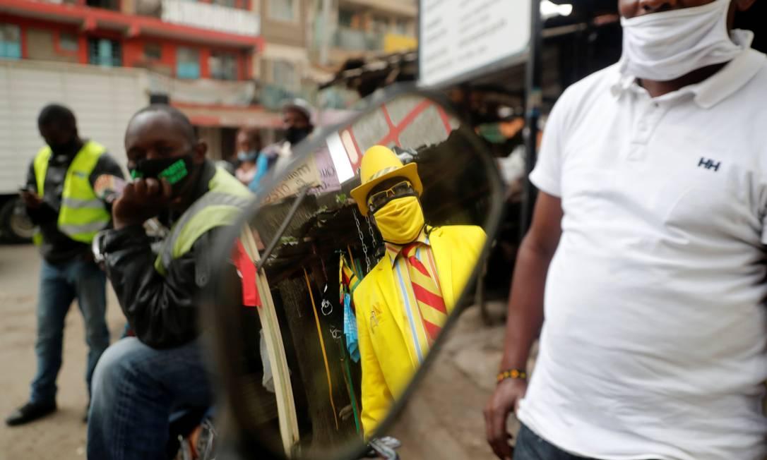 Pelas ruas de Nairóbi, é fácil notar a presença James Mwangi, mesmo nas agitadas ruas do bairro de Umoja Foto: THOMAS MUKOYA / REUTERS