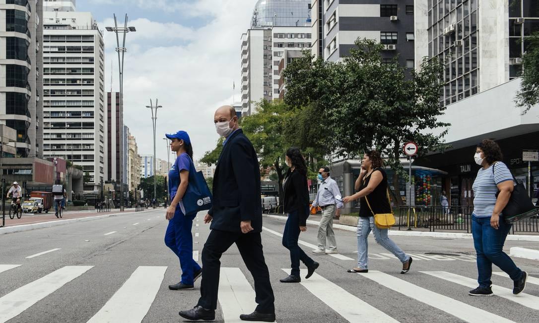 Sao Paulo, SP, Brasil, 16/04/2020 - Movimento de pedestres na Avenida Paulista (altura da Rua Augusta). Foto: Filipe Redondo / O Globo Foto: Filipe Redondo / Agência O Globo