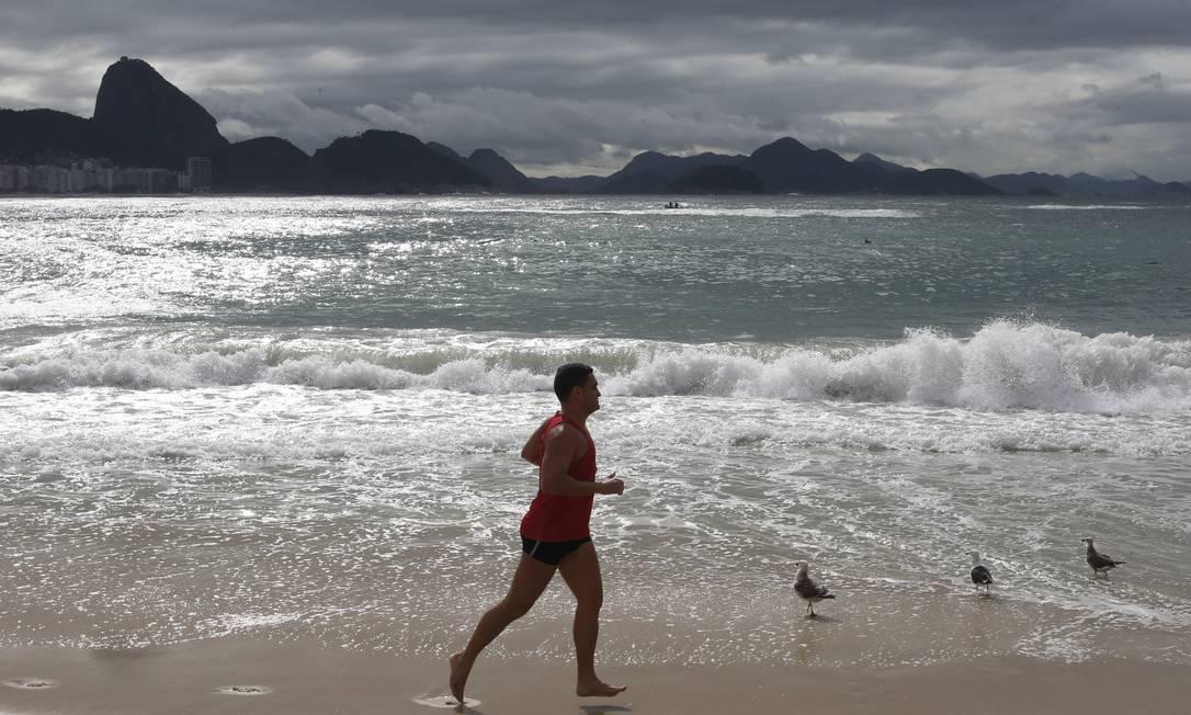 Frio esvaziou as praias: corrida na areia está permitida, mas o uso da máscara é obrigatório Foto: Pedro Teixeira / Agência O Globo