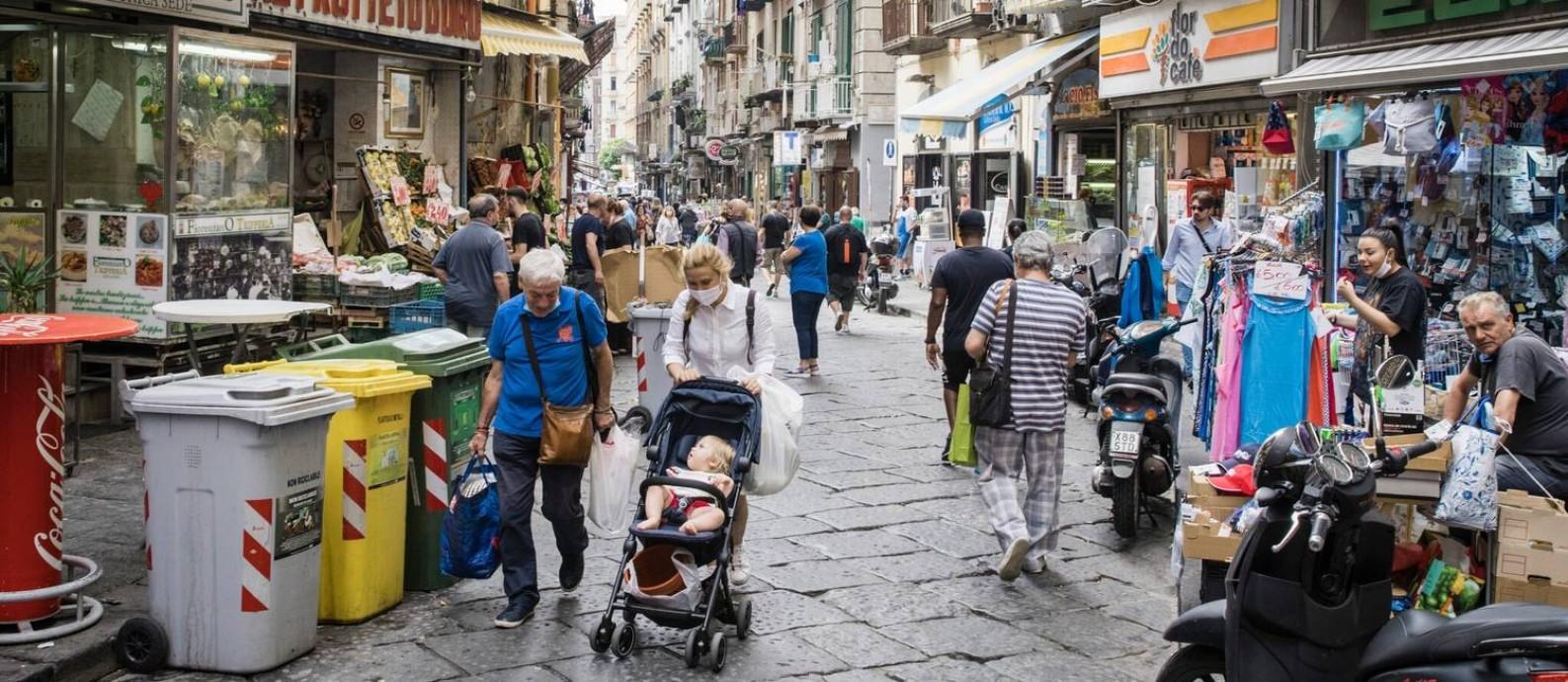 Italianos caminham por Nápoles, em 19 de junho Foto: Gianni Cipriano / New York Times