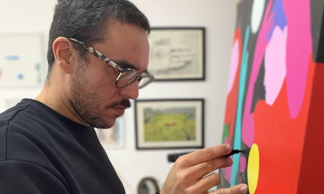 O artista trabalha no ateliê que montou em seu apartamento, em Ipanema: produção acelerada nos dias de isolamento Foto: Divilgação