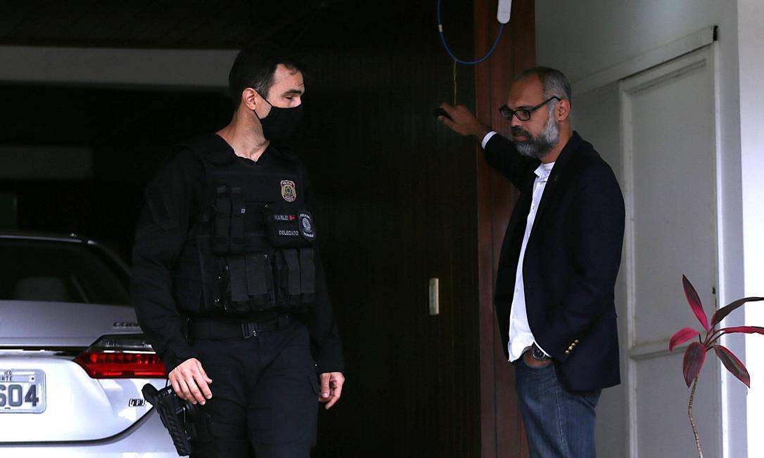 Polícia Fedral faz busca e apreensão na casa do blogueiro Allan Santos, em junho Foto: Jorge William / Agência O Globo