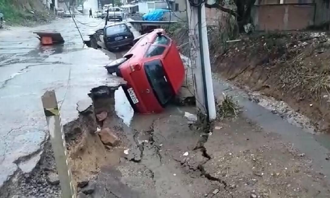 No dia do afundamento do asfalto de parte da Rua Camatiá, pelo menos dois carros foram danificados Foto: Foto do leitor