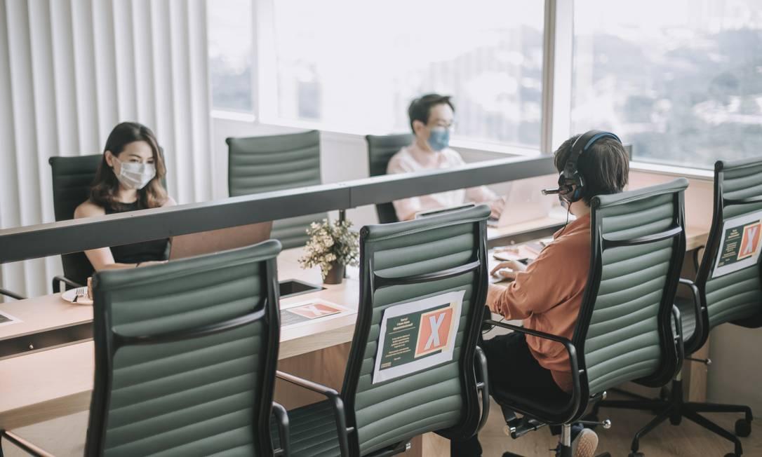 Densidade de pessoas em escritórios e edifícios deve cair para respeitar o distânciamento social Foto: chee gin tan / Getty Images