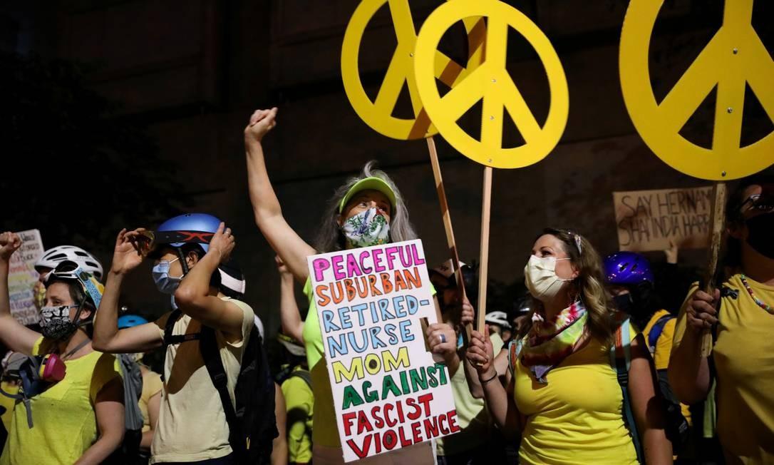 Mães vestidas de amarelo participam de uma manifestação contra a presença de policiais federais em Portland Foto: Caitlin Ochs / REUTERS
