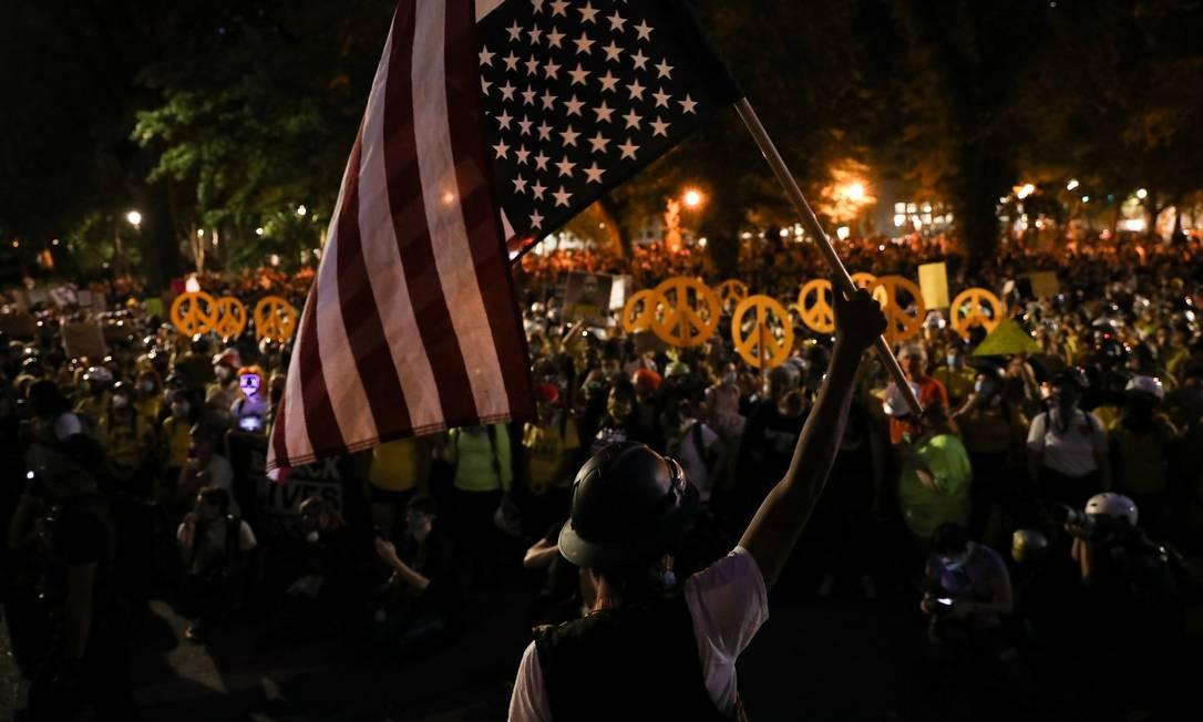 """O """"Muro das Mães"""", como o grupo se autodenomina, formou-se após Beverley Barnum, de 35 anos, mãe de dois filhos em Portland, ver nas redes sociais vídeos de agentes federais colocando manifestantes em veículos sem identificação Foto: CAITLIN OCHS / REUTERS"""