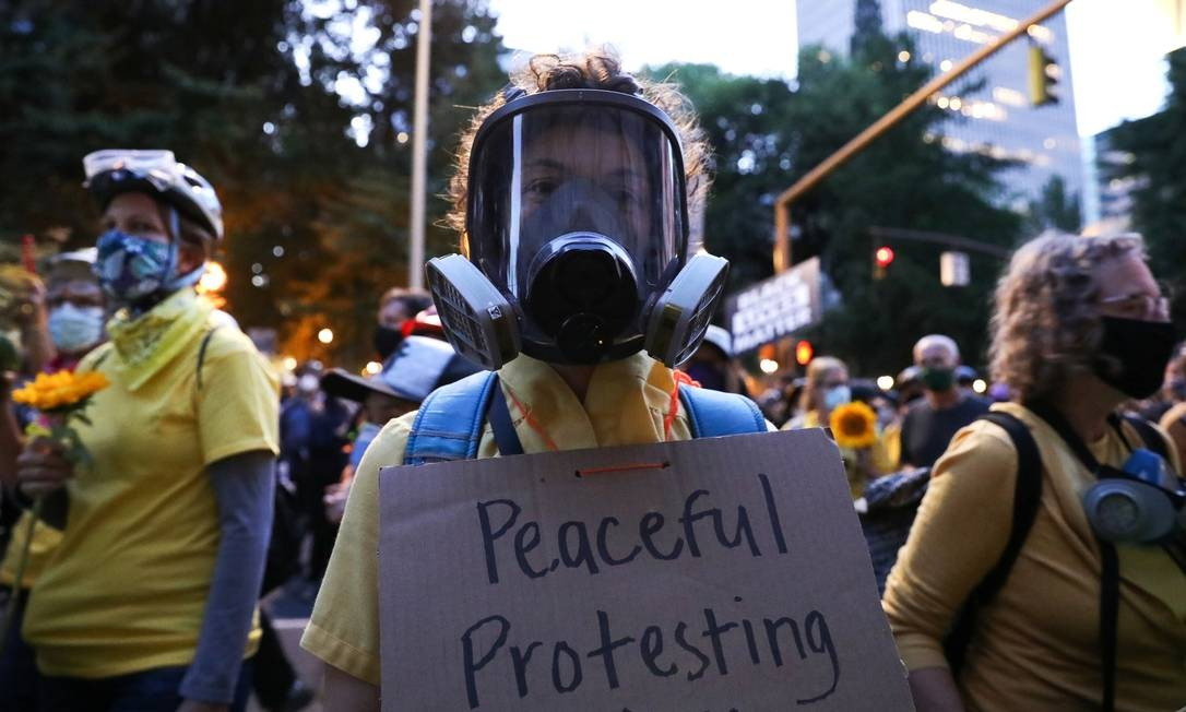 Mães protestam contra a desigualdade racial e a violência policial em Portland, em 23 de julho Foto: CAITLIN OCHS / REUTERS