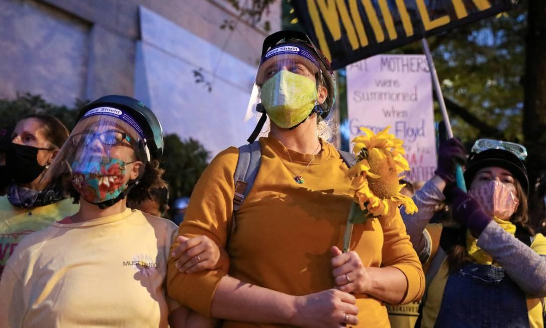 Algumas distribuem girassóis Foto: CAITLIN OCHS / REUTERS
