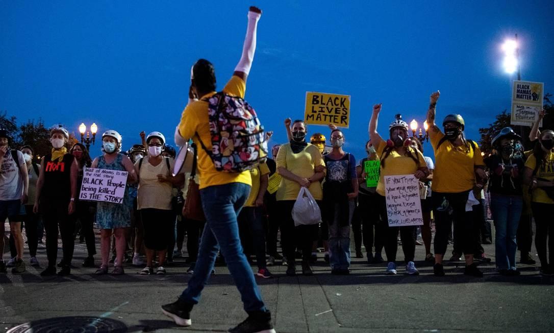 Protetoras: cantando canções de ninar e e de braços dados, mães ativistas participam de protestos para proteger manifestantes da violência policial em Portland, Oregon, EUA Foto: ALISHA JUCEVIC / AFP