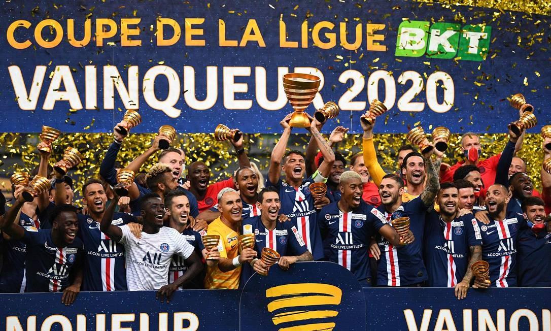 O brasileiro Thiago Silva ergue a taça da Copa da Liga Francesa Foto: Franck Fife / AFP
