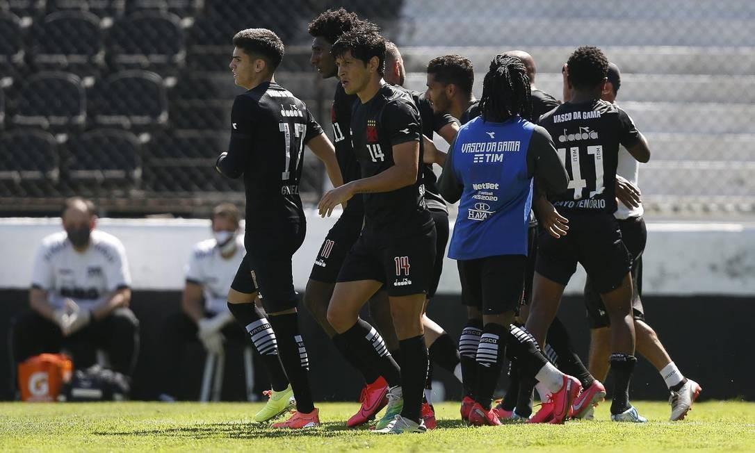 Jogadores do Vasco comemoram o gol de empate, marcado por Fellipe Bastos Foto: RAFAEL RIBEIRO