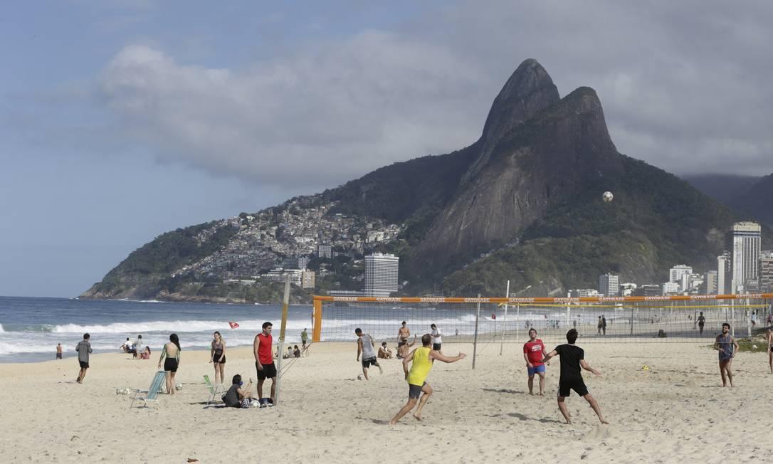 Mesmo proibido, grupo pratica esporte coletivo na praia do Leblon neste sábado 01-07-2020 Foto: GABRIEL_DE_PAIVA / Agência O Globo