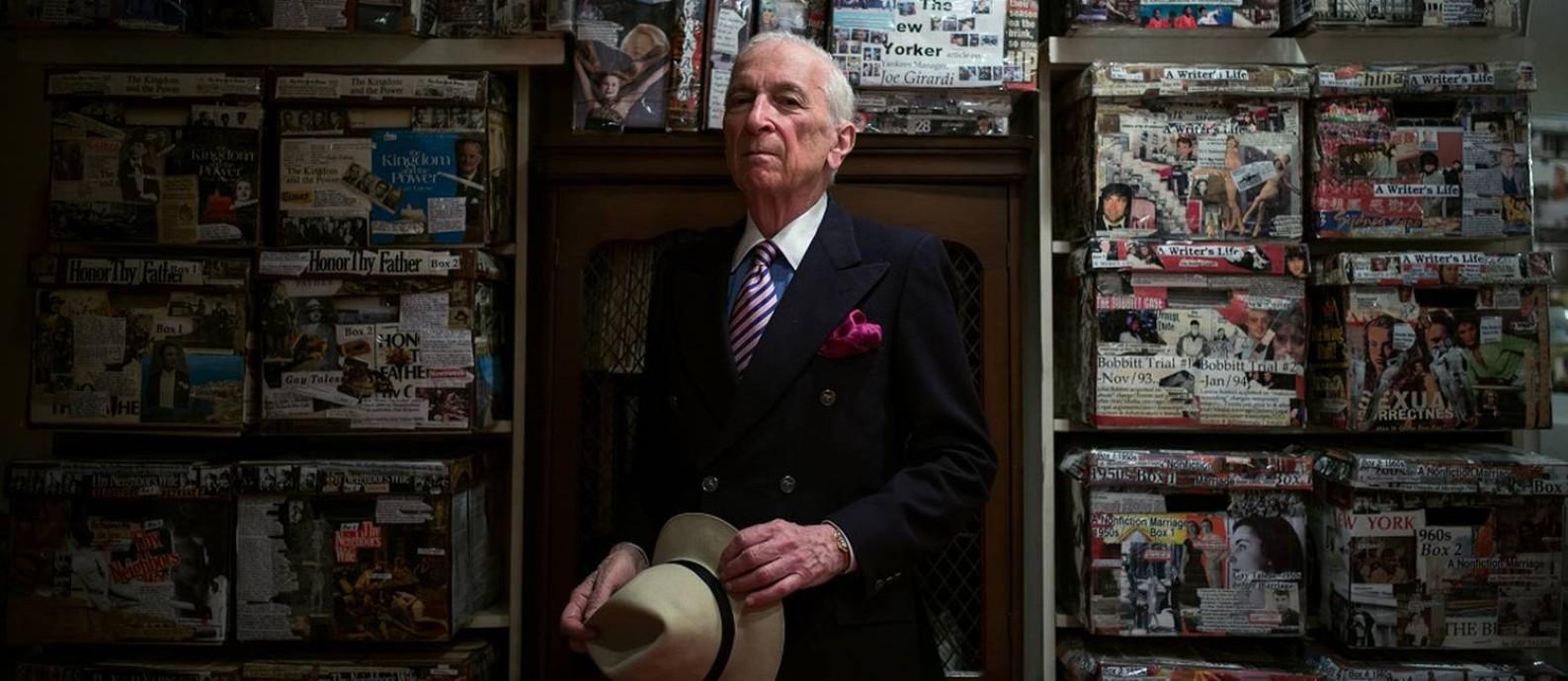 O jornalista e escritor Gay Talese em 2014, em meio a caixas (e caixas) com material de pesquisa de trabalhos antigos no porão de sua casa, em Nova York Foto: Damon Winter / Agência O Globo