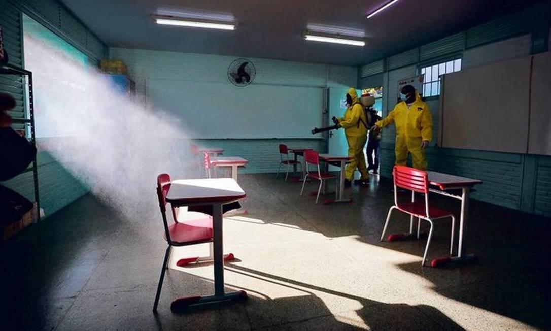 Escola Classe 06 do Cruzeiro, no Distrito Federal, passa por processo de desinfecção: rede pública do DF recebeu mais de mil alunos vindos da particular desde começo da pandemia Foto: Pablo Jacob