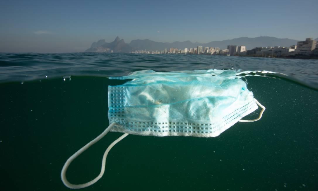 Máscaras de proteção são vistas com frequência boiando nas águas da orla do Rio de Janeiro Foto: Ricardo Gomes / Instituto Mar Urbano