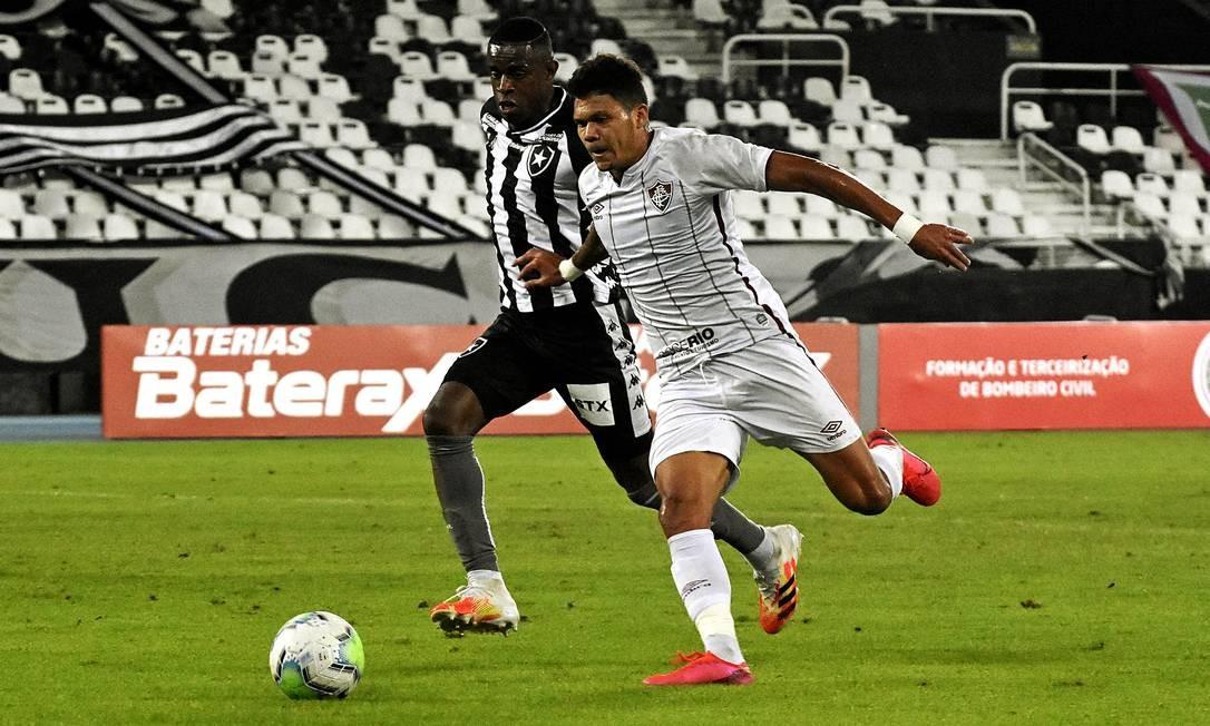 Evanilson e Benevenuto disputam lance no clássico Foto: Mailson Santana/Fluminense FC