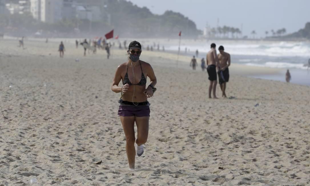 Violação de normas na Praia do Leblon: prefeitura liberou banho de mar, mas permanência na areia ainda é proibida Foto: Gabriel de Paiva