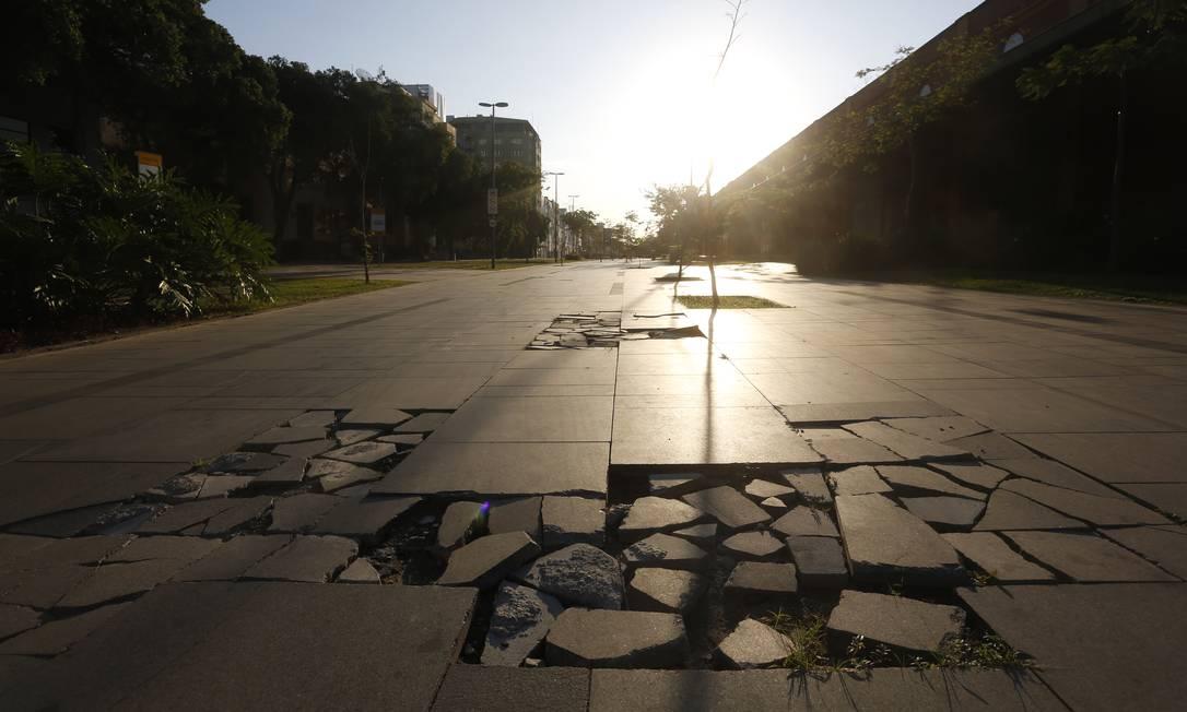 Calçamento do Boulevard Olímpico sem conservação Foto: Agência O Globo
